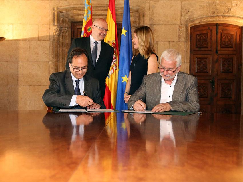 Jaume Llinares signa el conveni de col•laboració que permet a Altea tenir una Oficina de la Renda