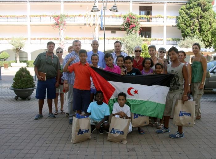"""Els xiquets sahrauís de """"Vacances en Paz"""" visiten l'Ajuntament d'Altea."""