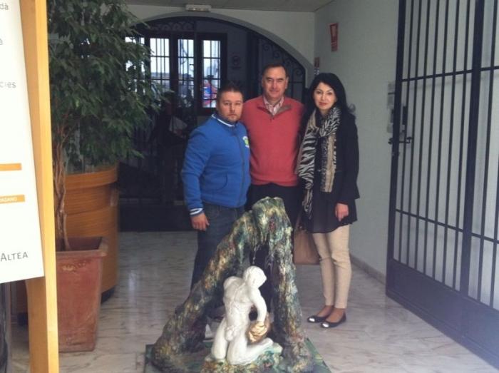 L'Alcalde d'Altea, Miguel Ortiz, ha rebut de l'escultor romanés Marius Adrian Cótea una donació per al patrimoni municipal. Es tracta de la peça 'El jove somiador', que ha format part de l'exposició organitzada per l'Associació Romanesa de la Comunitat Va