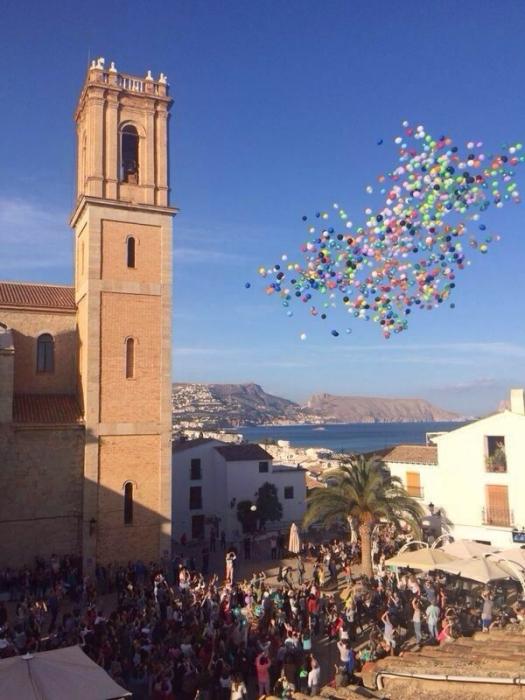 Centenars de xiquets van participar en la solta de globus des de la Plaça de l'Església