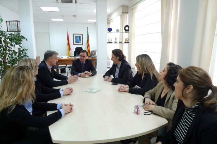 L'Alcalde d'Altea, Miguel Ortiz, es va reunir divendres passat amb les directives de l'Associació de Joves Empresaris de Benidorm i Comarca Jeturbe i l'Associació de Joves Empresaris d'Alacant Jovempa