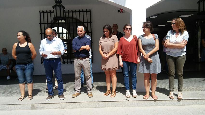 L'Ajuntament d´Altea es va concentrar ahir a les portes del Consistori, aprofitant que es compleixen vint anys de l'assassinat  de Miguel Angel Blanco i per recordar  a totes aquelles víctimes de violència terrorista.