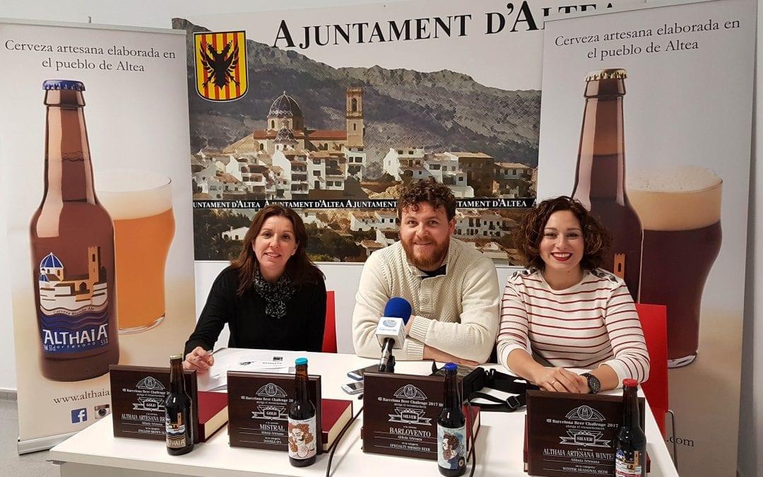 La regidora de Comerç i Turisme, Anna Alvado, s'ha reunit amb Jorge Sánchez y Mayte Pardo de l'empresa local Cervezas Althaia Artesana als qui ha felicitat en nom de l'Ajuntament d'Altea pels guardons aconseguits a la Barcelona Beer Challenge 2017. Althaia Artesana ha aconseguit dos ors i dos plates i es converteix en la cervessa més premiada de la Comunitat Valenciana.