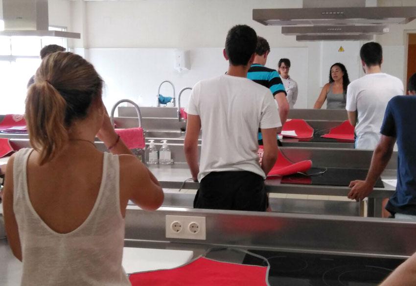 Comienza con gran éxito de participación el curso de cocina dirigido a jóvenes estudiantes