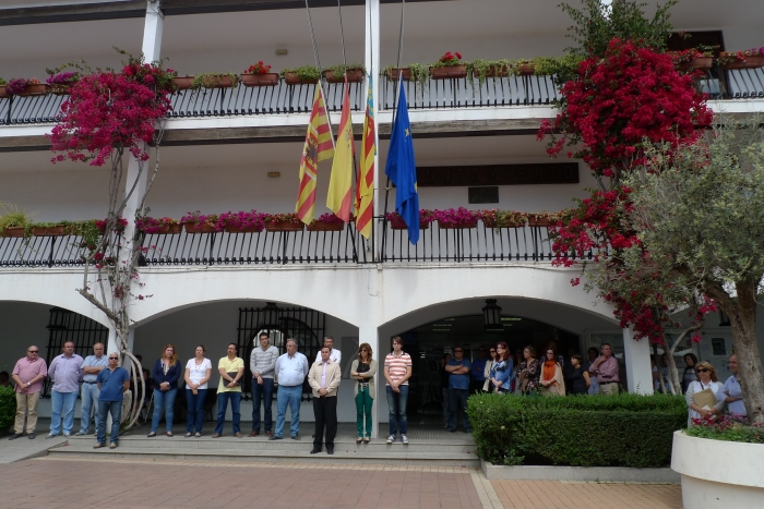 En senyal de dol per l'assassinat de la Presidenta de la Diputació de León, Isabel Carrasco, l'Ajuntament d'Altea ha guardat un minut de silenci a les portes del Consistori i ha baixat les seues banderes a mitja asta