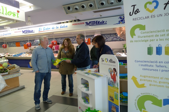 La campanya JO RECICLE ALTEA es trasllada al mercat municipal