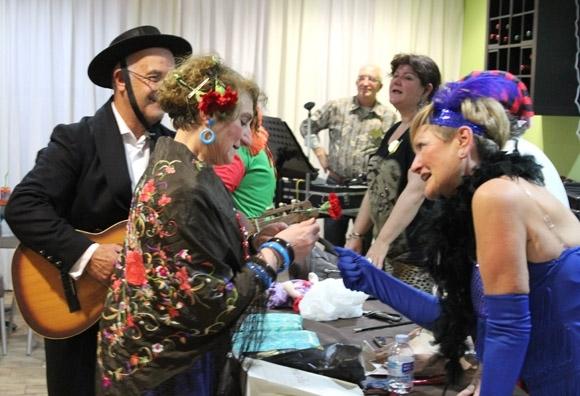 Més de 200 persones participen en la festa de Sant Valentín i carnestoltes para majors