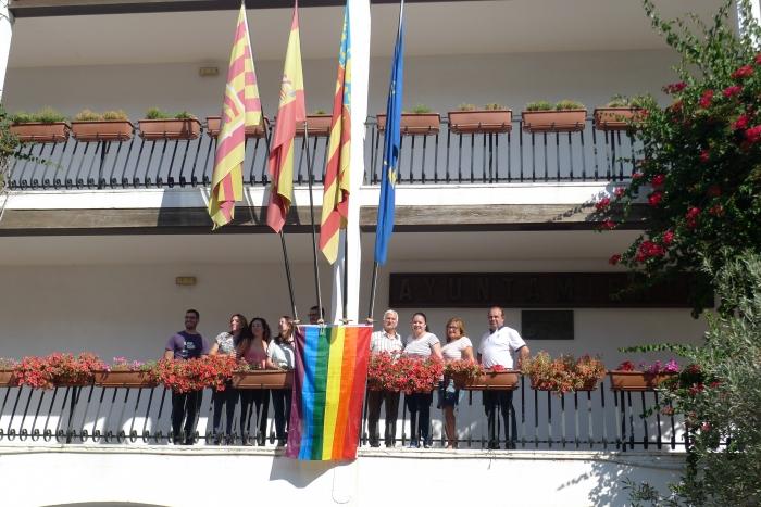 La bandera LGBT penja per primera vegada en la façana de l'Ajuntament d'Altea