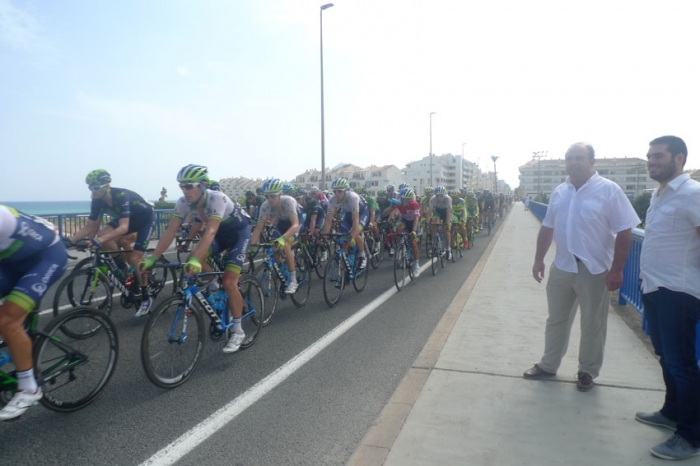 Centenars d' alteans es van acostar ahir a la N-332 per a veure passar 'La Vuelta a España' 2015