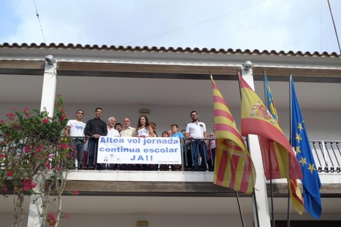 L'Ajuntament col·loca en la seua façana una pancarta a favor de la jornada contínua escolar