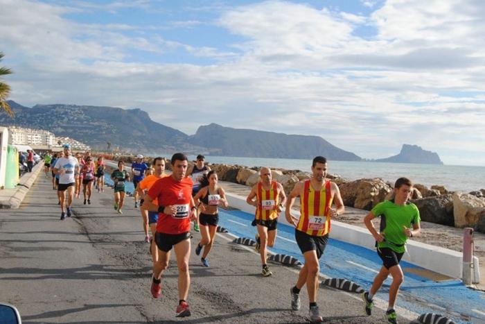 350 Corredors i més de 200 xiquets van participar en la Carrera del Nou d'Octubre d'Altea