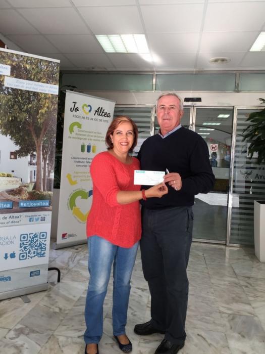 """La Confraria del Castell de l'Olla entrega 970 euros a l'ONG """"Corazón Exprés"""""""