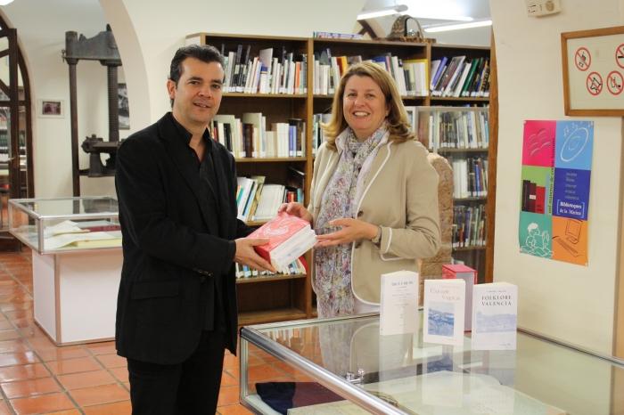 L'Institut Gil-Albert dóna a Altea exemplars de 'Coses de la Meua Terra'