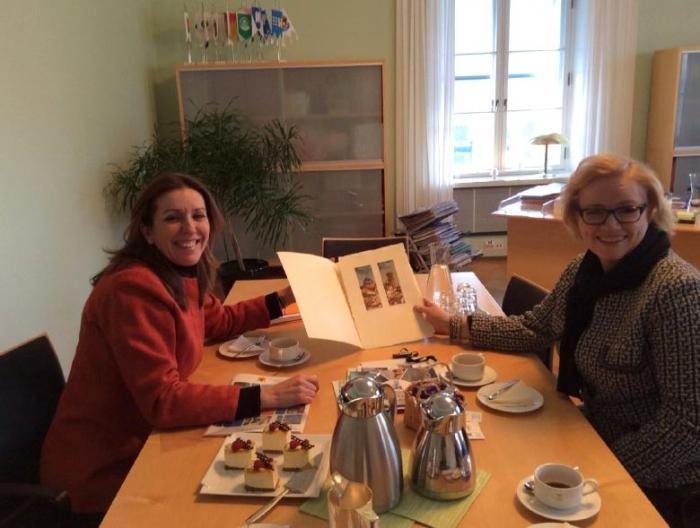 Anna Alvado es reuneix amb la tinent d'alcalde d'Hèlsinki