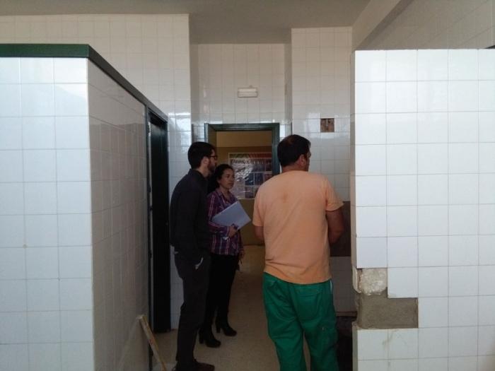 Vicenta Pérez i Roque Ferrer visiten les obres de millora i manteniment dels centres escolars