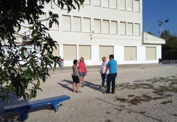Vicenta Pérez visita el col·legi El Blanquinal per a estudiar la plantació de nous arbres en el pati