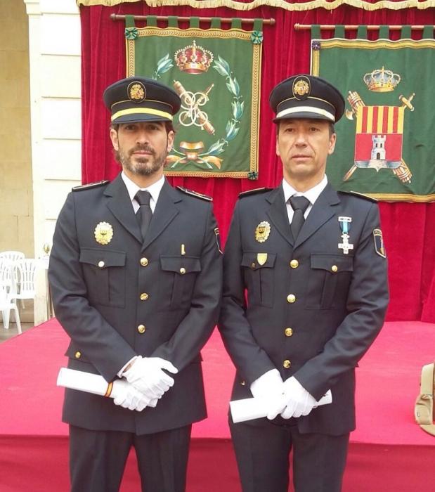 Dos policies locals d'Altea reben un homenatge pel seu treball