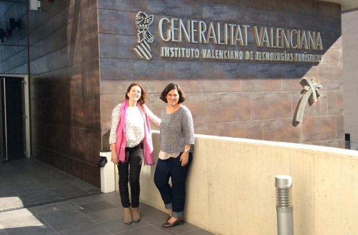Anna Alvado manté una reunió de treball amb la directora general de Turisme, Raquel Huete
