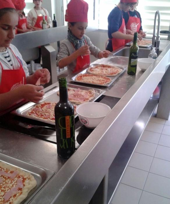 Els xiquets i xiquetes dels col·legis d'Altea aprenen a cuinar pizza a l'Aula de Cuina Municipal
