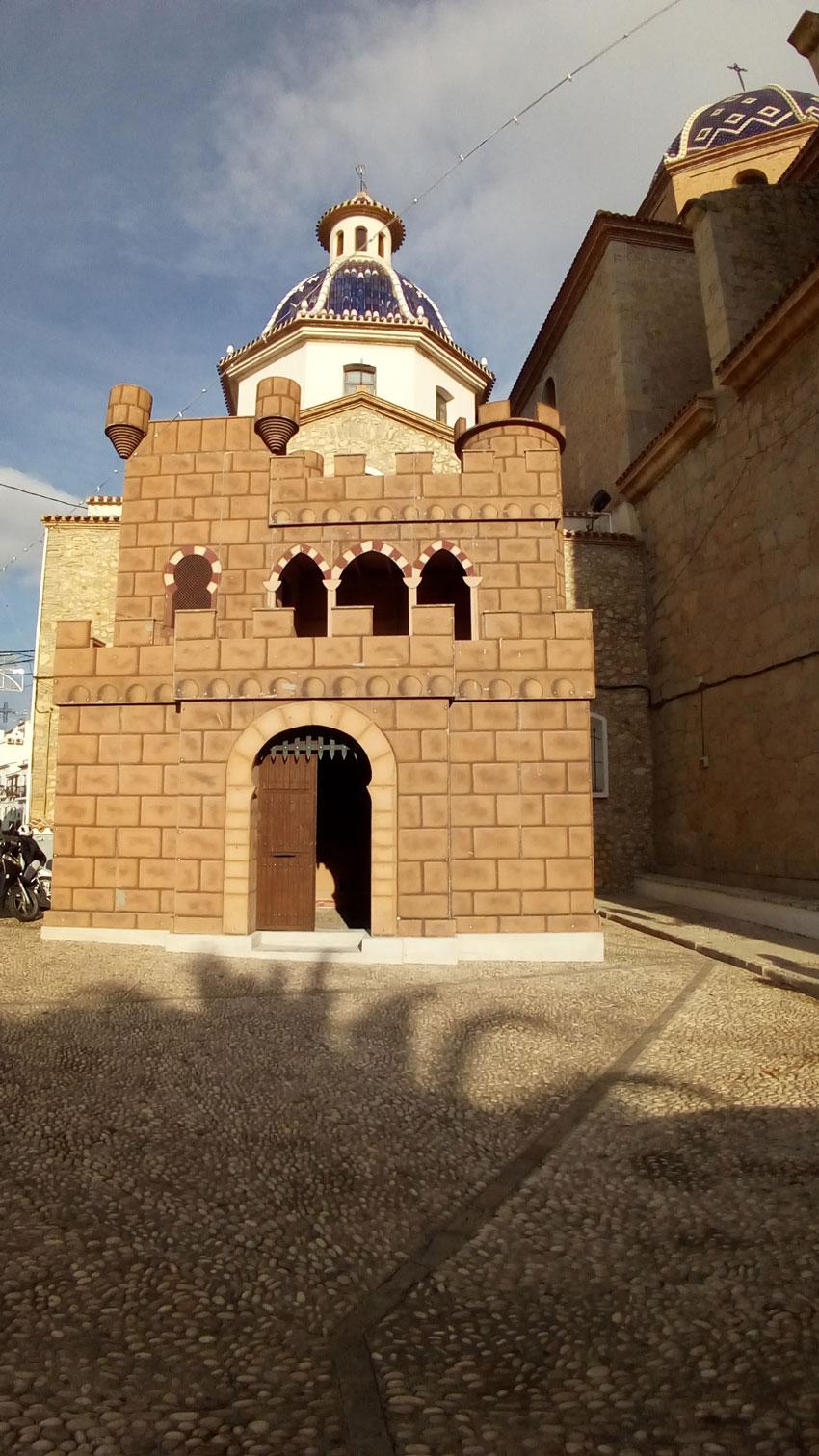 El Castell de Moros i Cristians seguirà instal.lat fins que finalitzen els treballs de pintura i manteniment