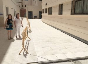 La Concejalía de Sanidad y el Departamento de Salud de la Marina Baixa colaboran en la pavimentación de la parte posterior del Centro de Salud de Altea