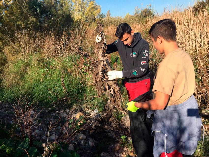 Alumnes de Cicles de Formació Professional netegen de forma voluntària la conca del riu Algar
