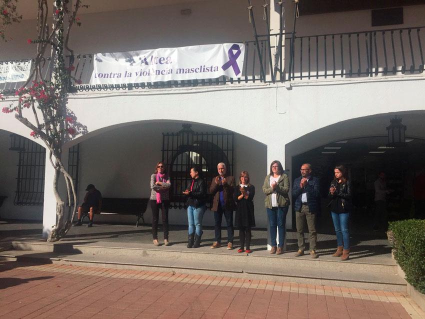 L'Alcalde i diversos Regidors de l'Equip de Govern van fer ahir un respectuós minut de silenci a la porta de l'Ajuntament expressant el seu dolor i condemna per totes les dones assassinades víctimes de violència de gènere i per aquest nou cas de violència masclista esdevingut aquesta setmana a la ciutat de Elda