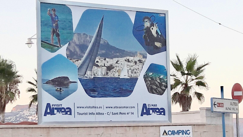L'oferta nàutica d'Altea es promociona en la tanca publicitària del càmping Cap Blanch