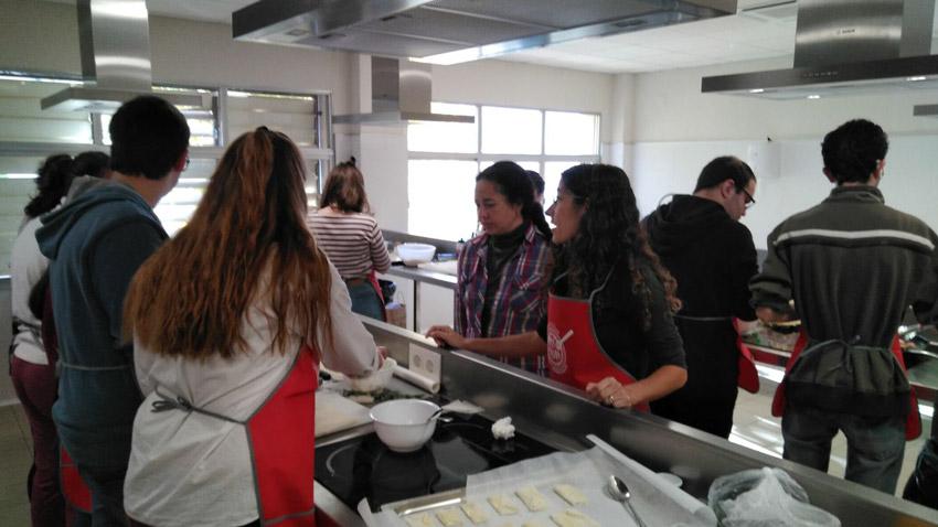 Alumnes de grec de l'IES Bellaguarda cuinen en l'Aula Municipal