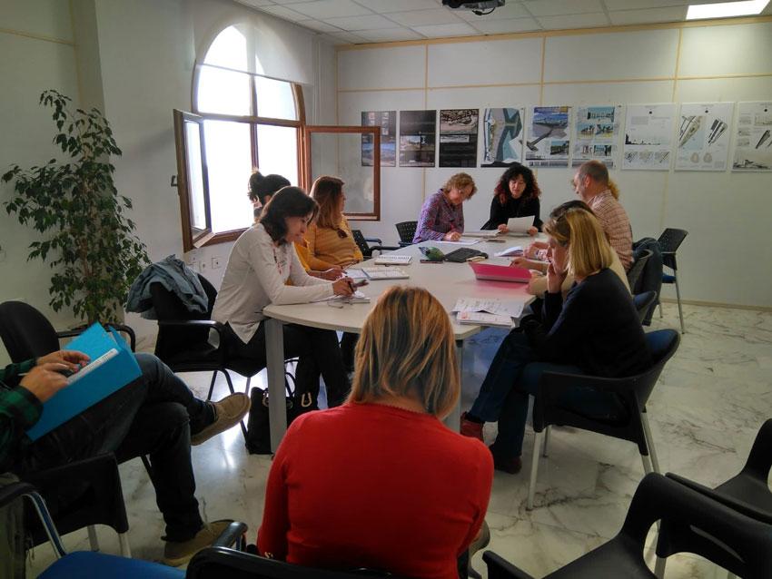 La regidoria d'Educació, regida per Vicenta Pérez, reunia ahir al Consell Escolar Municipal amb l'objecte de constituir les comissions d'escolarització de Primària i Secundària. Unes comissions els membres van rotant per centres.