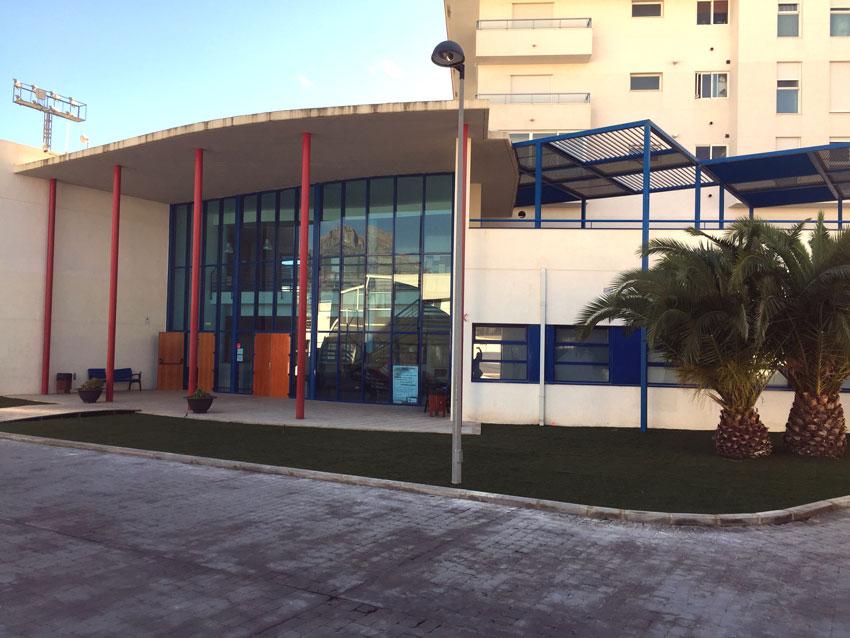 El Centre Juvenil d'Altea instal•la gespa artificial a la jardinera d'entrada