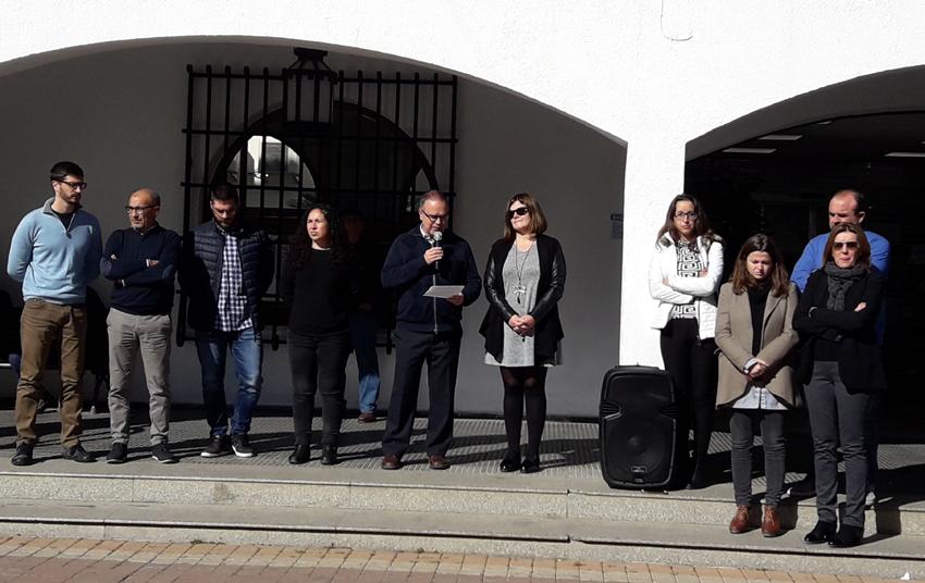 Minut de silenci a les portes de l'Ajuntament per l'assassinat masclista d'una jove a Planes