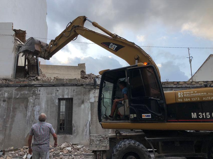 Avancen els treballs de demolició del conjunt de cases en ruïna situades entre el Passeig Sant Pere i la carretera Nacional