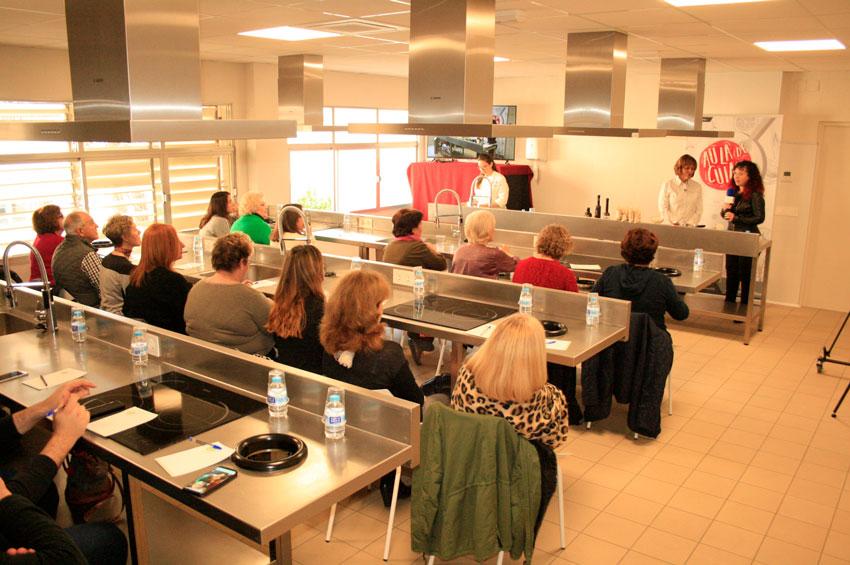 Mª José San Román, Estrella Michelin i propietària del restaurant Monastrell d'Alacant, ensenya alguns trucs de cuina als assistents a la xerrada i masterclass que oferia, a l'Aula Municipal de Cuina, dijous passat amb motiu del Dia internacional de la Dona.