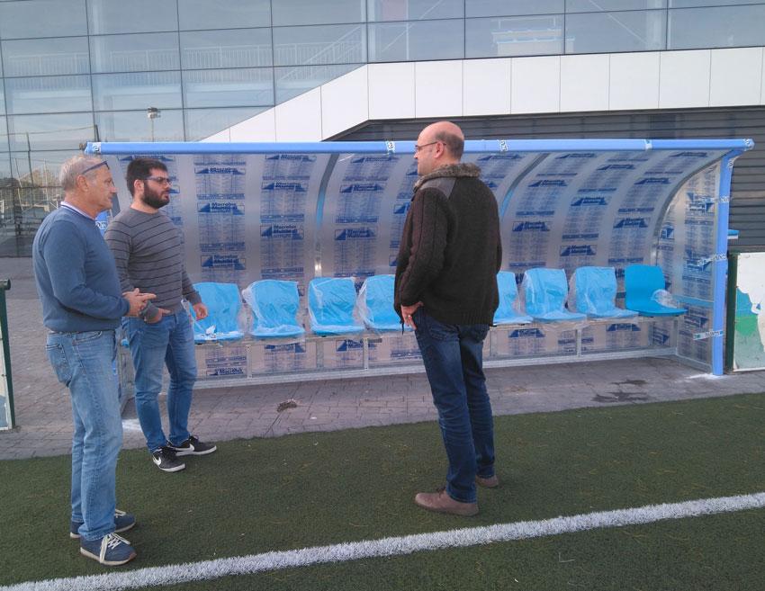 La Regidoria d'Esports instal·la banquetes al Camp de Futbol artificial