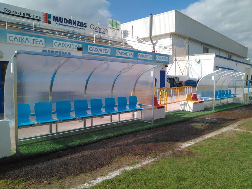 Esports instal·la banquetes en el camp de futbol de gespa natural
