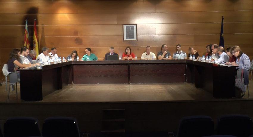 El gobierno municipal reprueba en el pleno la actitud irresponsable de Jesús Ballester y Rocío Gómez por difundir información errónea sobre la calidad de las aguas de baño, y exige una rectificación pública por el daño causado
