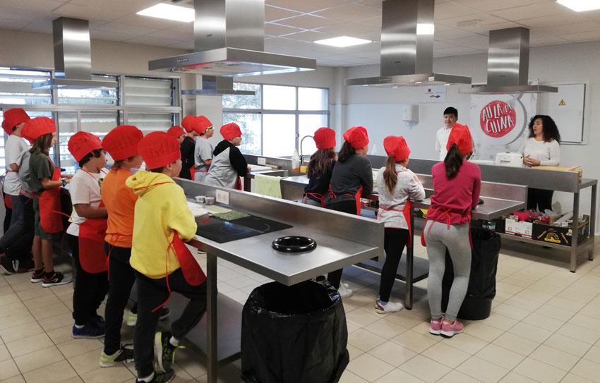 Taller de sushi en l'aula de cuina municipal per als alumnes de 6ͤ