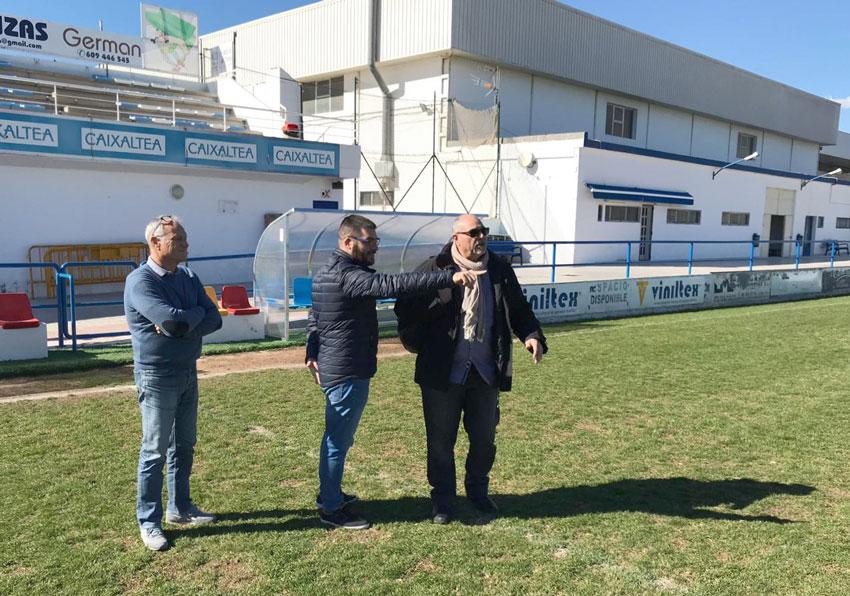 Pere Barber se reúne con los encargados del mantenimiento del campo de fútbol para mejorar su estado