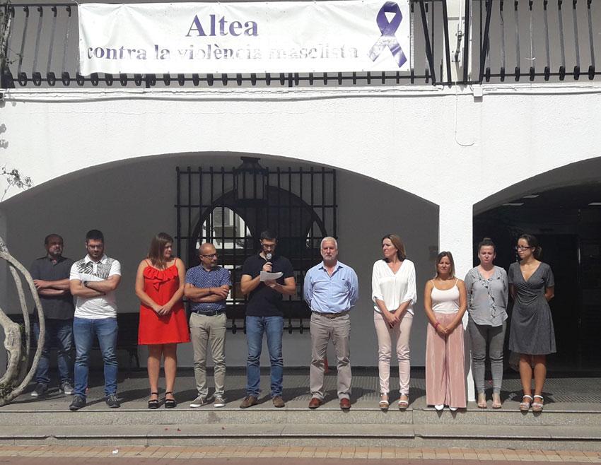 El Consistori, encapçalat per l'alcalde, Jaume Llinares, ha guardat un minut de silenci en rebuig als recents casos de violència de gènere que en els últims dies ha acabat amb la vida de tres dones a Borriol, Castelló; La Caritat, Astúries i Madrid. En aquesta ocasió ha estat l'edil d'Infraestructures, Roque Ferrer, l'encarregat de llegir el manifest de repulsa a aquests assassinats i en suport a les víctimes i familiars.
