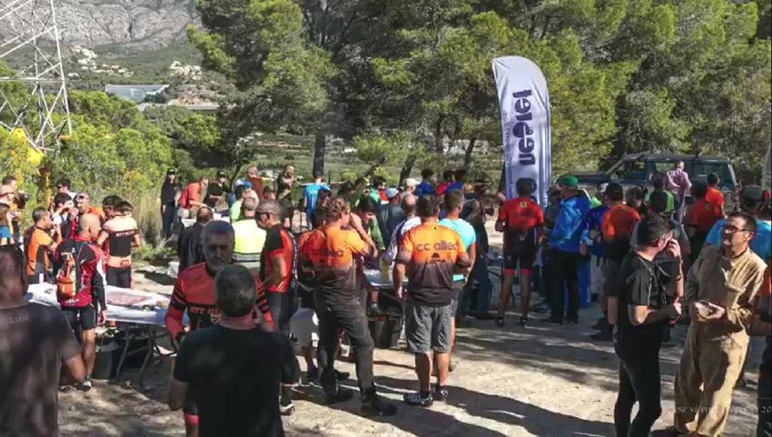 Més de 100 persones acudeixen a la crida del Club Ciclista Altea i Medi Ambient per a la neteja del Tossal de Mandem