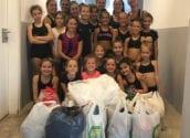 Les gimnastes del Club de Gimnàstica Rítmica d'Altea col•laboren amb els clubs del Baix Segura en la recollida de material