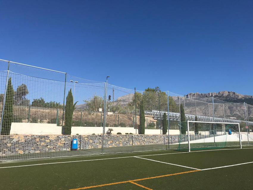 Esports instal·la un parabalons en el camp de gespa artificial