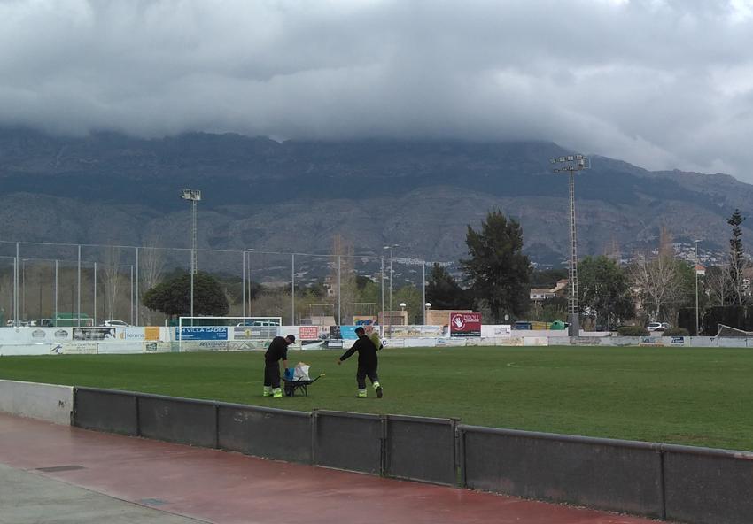 Esports informa dels nous tractaments en el camp de futbol per a la recuperació de la gespa