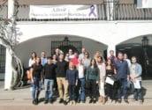 Alcalde i regidors donen la benvinguda a l'Ajuntament als 11 joves del programa 'Avalem Joves Plus'