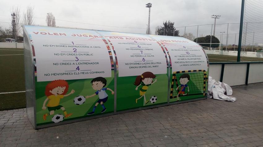Esports instal·la vinils en les banquetes de futbol per a conscienciar als usuaris de la Ciutat Esportiva