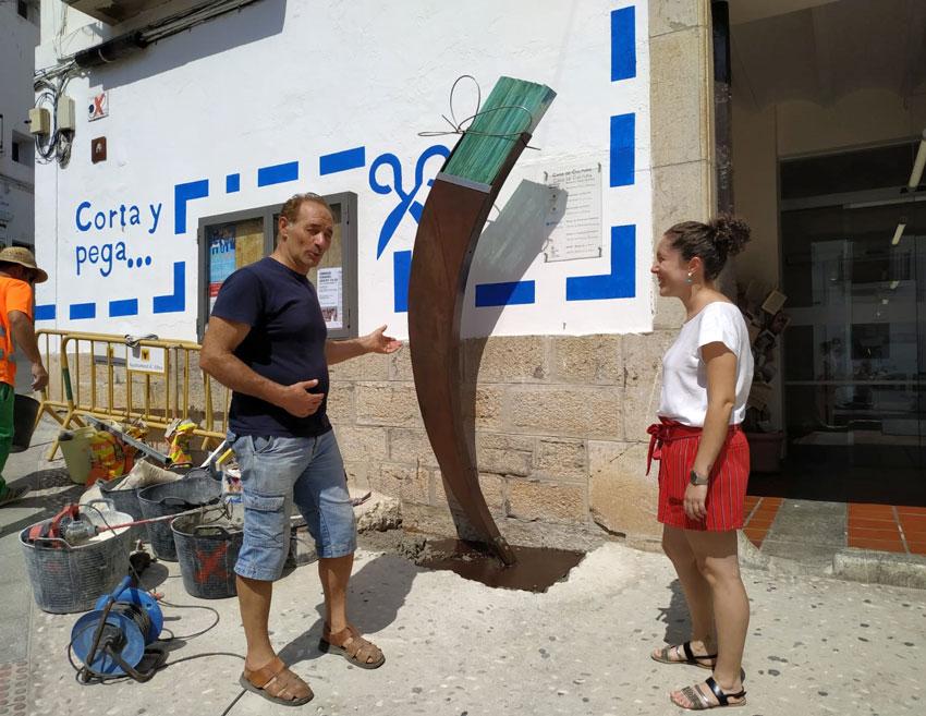 Una escultura de l'artista Salvador Mollà presideix l'entrada a la Casa de Cultura