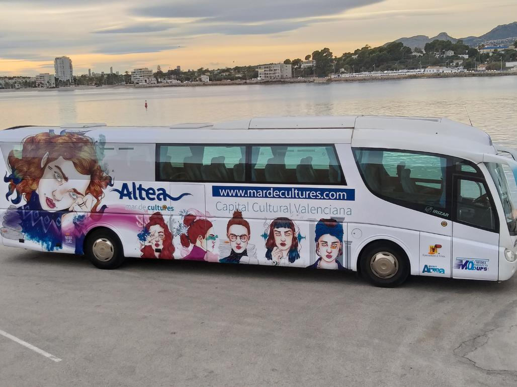 L'autobús que realitza els transports esportius és serigrafiat amb la imatge d'Altea Capital Cultural