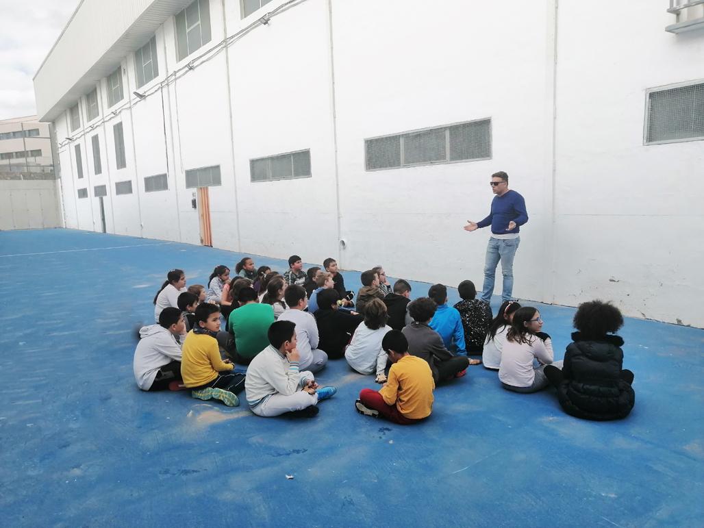 La remodelada pista de pelota valenciana recibe la visita de los estudiantes alteanos