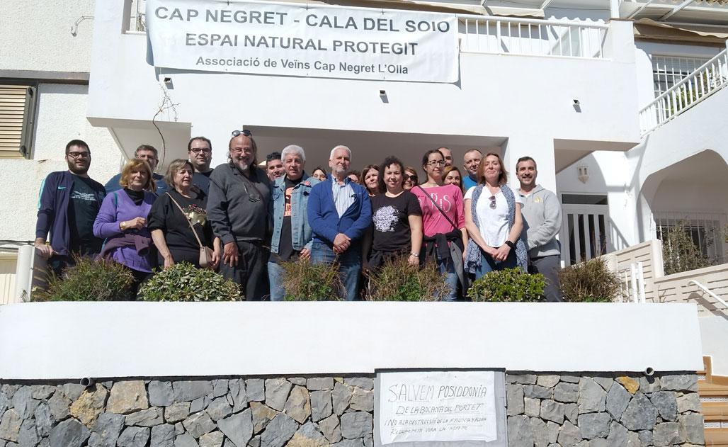 Más de medio millar de personas asisten a la visita guiada del biólogo Joan Piera sobre el valor medioambiental de la Cala del Soio y el afloramiento volcánico